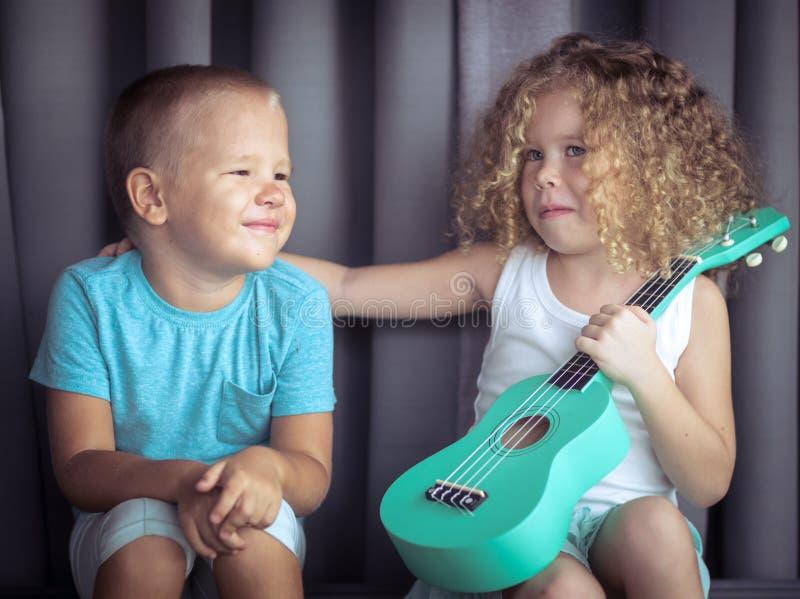 Stående av gulliga ungar med ukulelet arkivfoton
