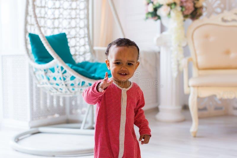 Stående av gulligt litet le för afrikansk amerikanpojke arkivbild