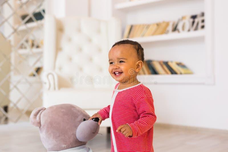 Stående av gulligt litet le för afrikansk amerikanpojke royaltyfri foto