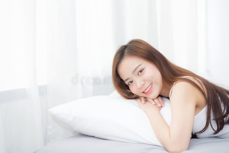 Stående av härlig asiatisk sömn för ung kvinna som ligger i säng med huvudet på den lycklig kudden som är bekväm och arkivbilder