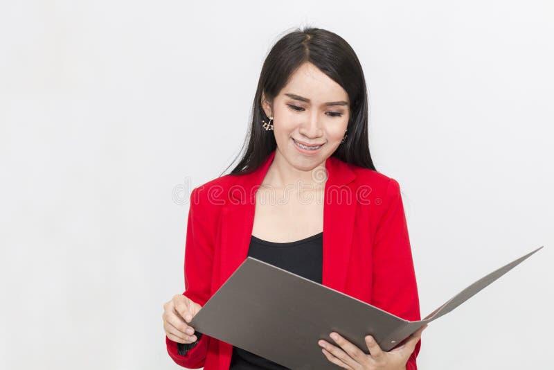 Stående av härliga 20-30 år Ung affärskvinna i röd dräkt arkivfoto