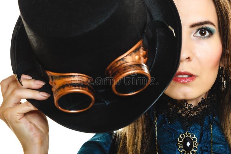 Stående av härliga den isolerade steampunkkvinnan arkivbild