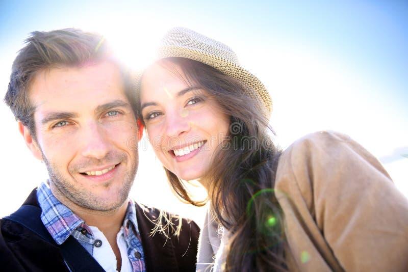 Stående av härliga gladlynta par i solljuset arkivbild
