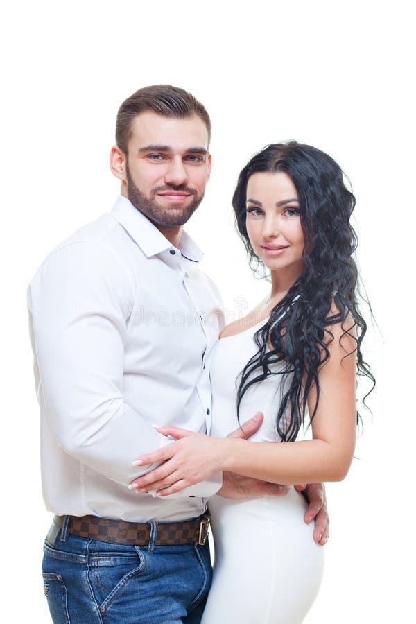 Stående av härliga le par som poserar på studion över vit bakgrund Bearbetat med tappningstil royaltyfri fotografi