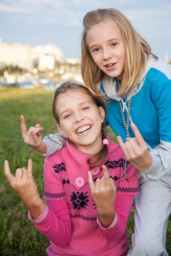 Stående av härliga le tonåriga flickor royaltyfria foton
