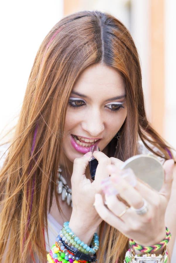 Stående av härliga makeupkanter för ung kvinna royaltyfria bilder