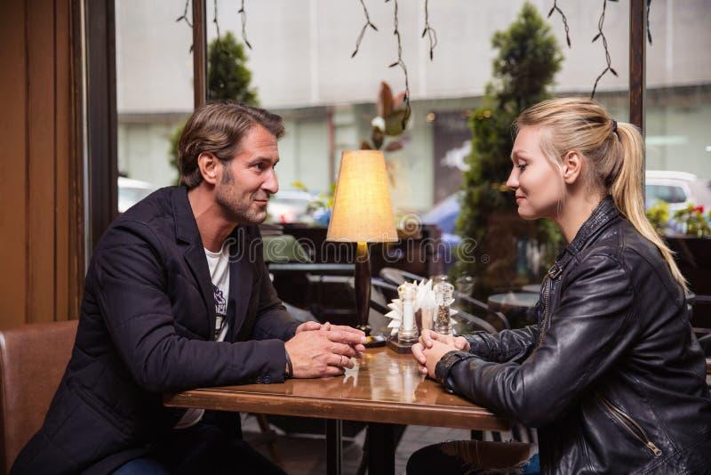 Stående av härliga par som är förälskade på en coffee shop royaltyfri fotografi