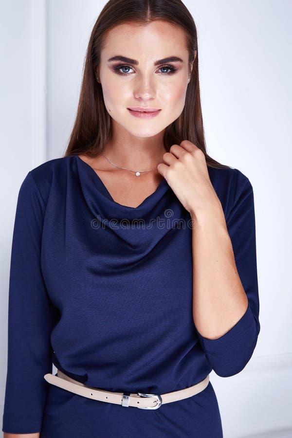 Stående av härliga skönhetsmedel för ett hår för ung kvinna långa siden- arkivfoton