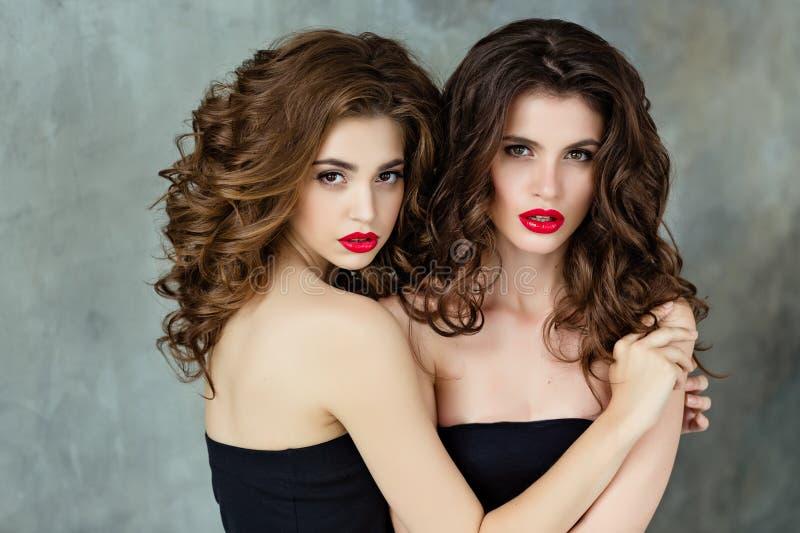 Stående av härliga två, glamorös sinnlig brunett med gorg arkivbild