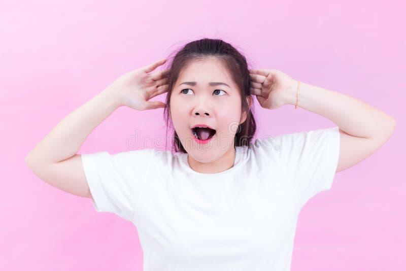 Stående av härliga unga asiatiska kläder för svart hår för kvinna en vit t-skjorta Med chockat ansiktsuttryck stående av förvånat royaltyfri foto