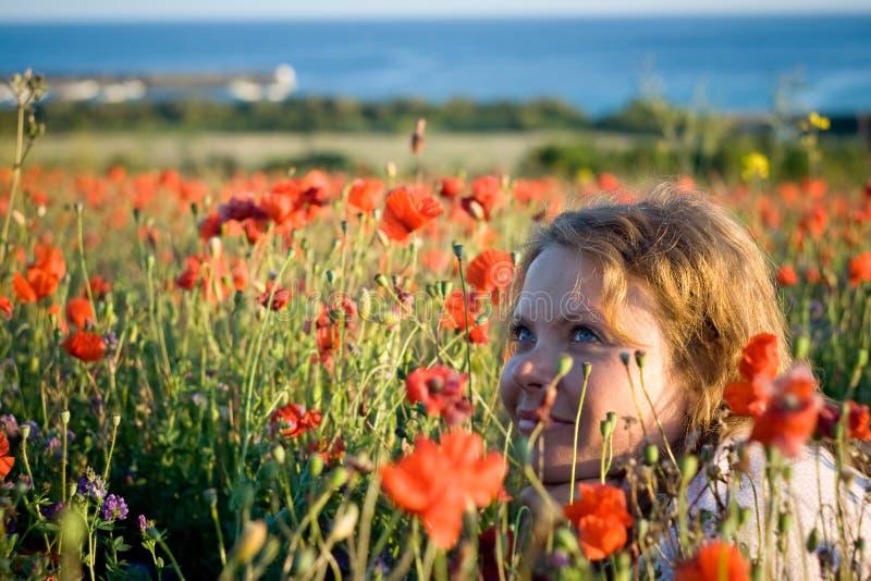Stående av härliga unga kvinnor i blommor arkivfoton