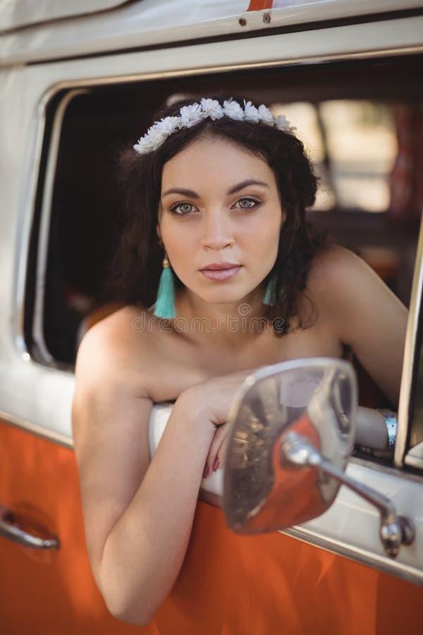 Stående av härligt kvinnasammanträde på motoriskt hem fotografering för bildbyråer