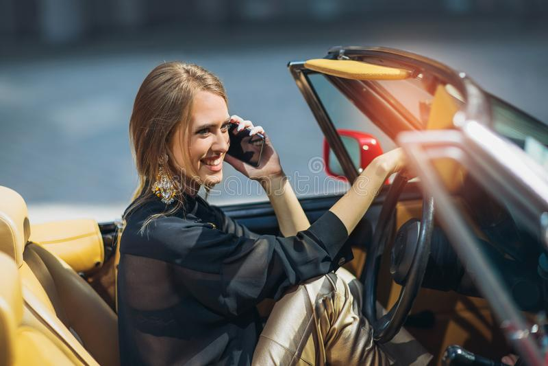 Stående av härligt sexigt sammanträde för modekvinnamodell i lyxig bil royaltyfri bild