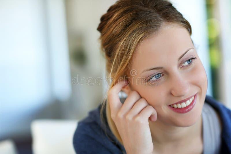 Stående av härligt tonårigt le för flicka arkivbild