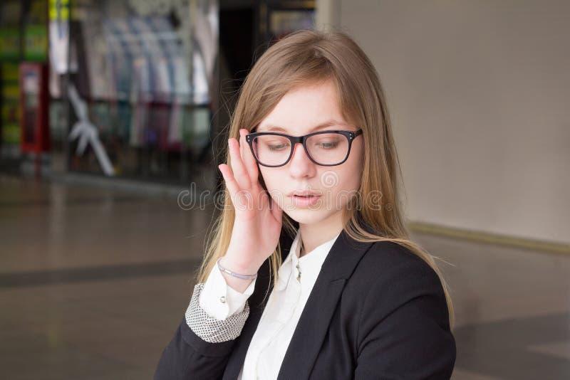 Stående av hållande exponeringsglas för en barnaffärskvinna royaltyfria foton