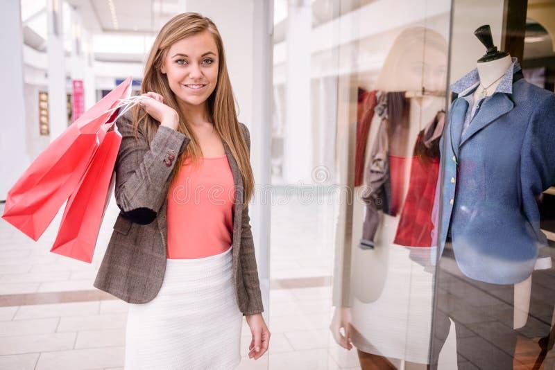 Stående av hållande shoppingpåsar för kvinna i galleria arkivbilder