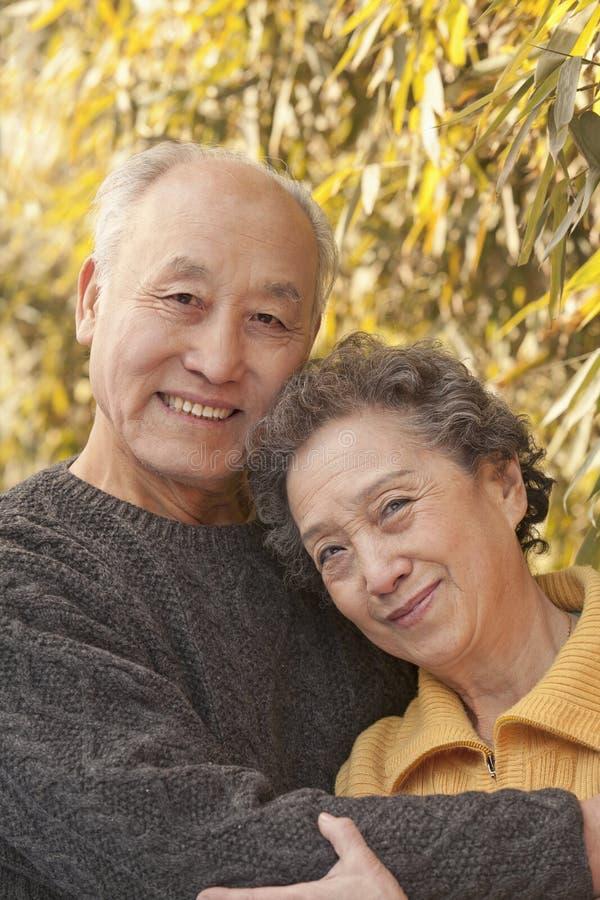 Stående av höga par under träd, Peking arkivfoto