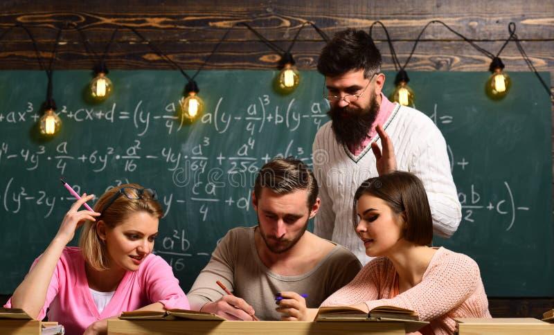 Stående av högstadiumstudenter som arbetar i klassrum royaltyfri fotografi