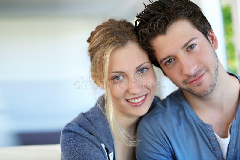 Stående av hemmastatt le för gladlynta par royaltyfri bild