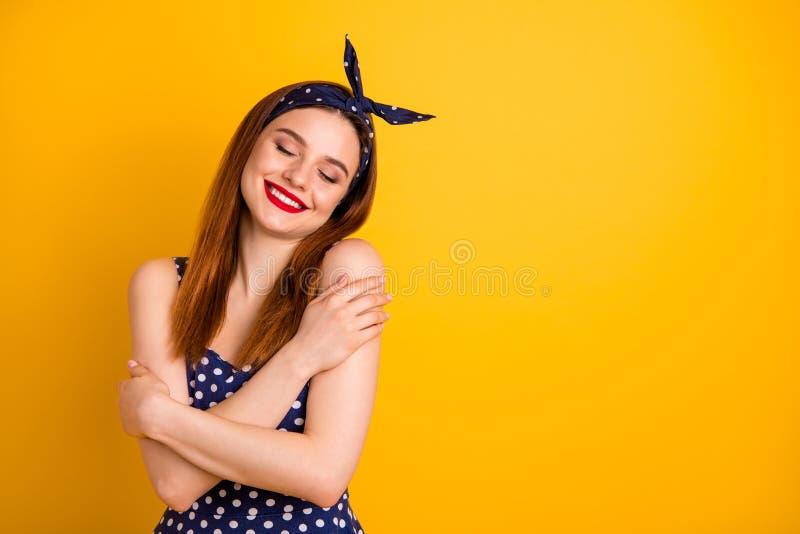 Stående av henne henne som Nice-ser den försiktiga gladlynta glade raksträcka-haired flickan för attraktivt älskvärt älskvärt söt fotografering för bildbyråer