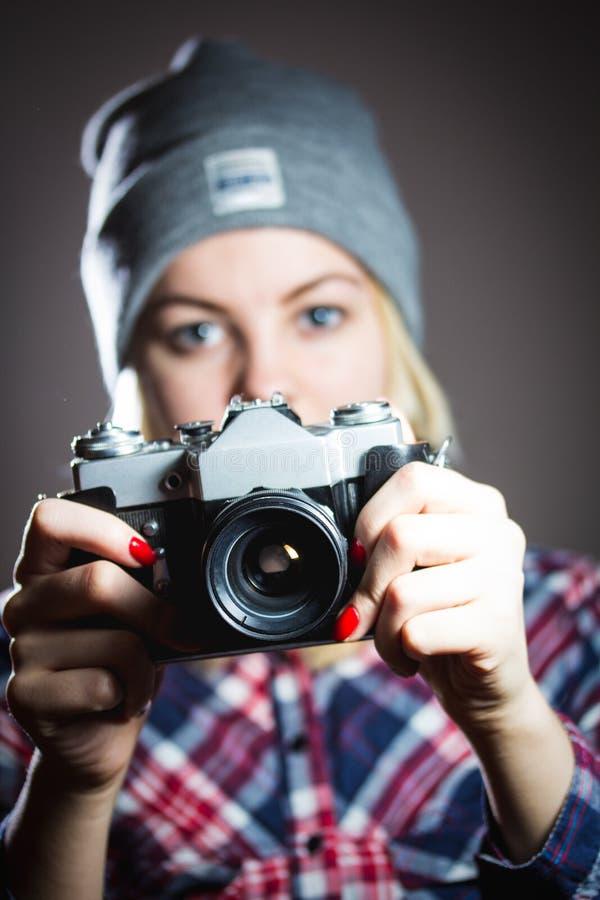 Stående av hipsterflickan som tar bilden med den retro kameran royaltyfri foto