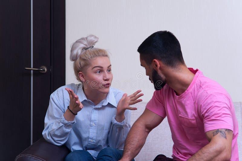 Stående av ilskna par som till varandra ropar royaltyfri foto