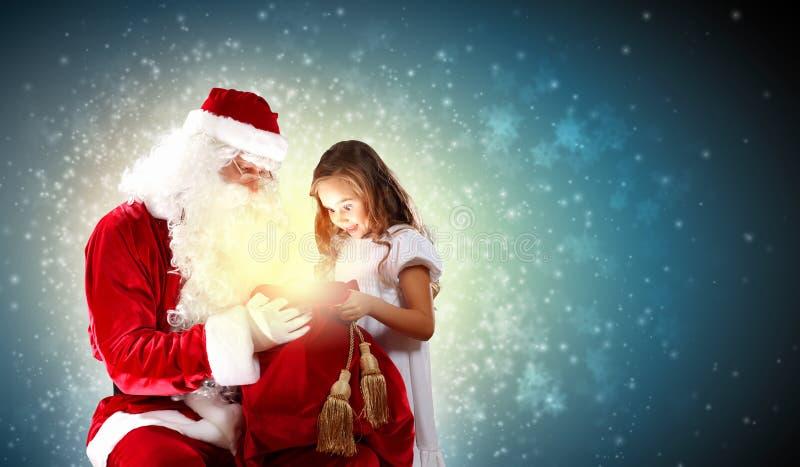 Stående av Santa Claus med en flicka arkivfoton