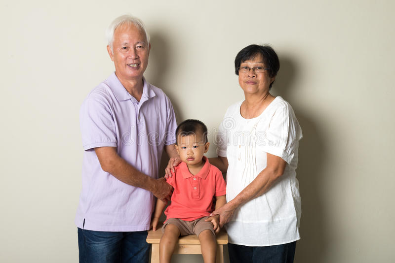 Stående av kinesiska morföräldrar arkivfoton