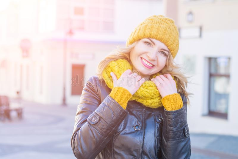 Stående av kläder för vinter för härlig och lycklig stadsgata för ung kvinna en weating och en stucken halsduk royaltyfria foton