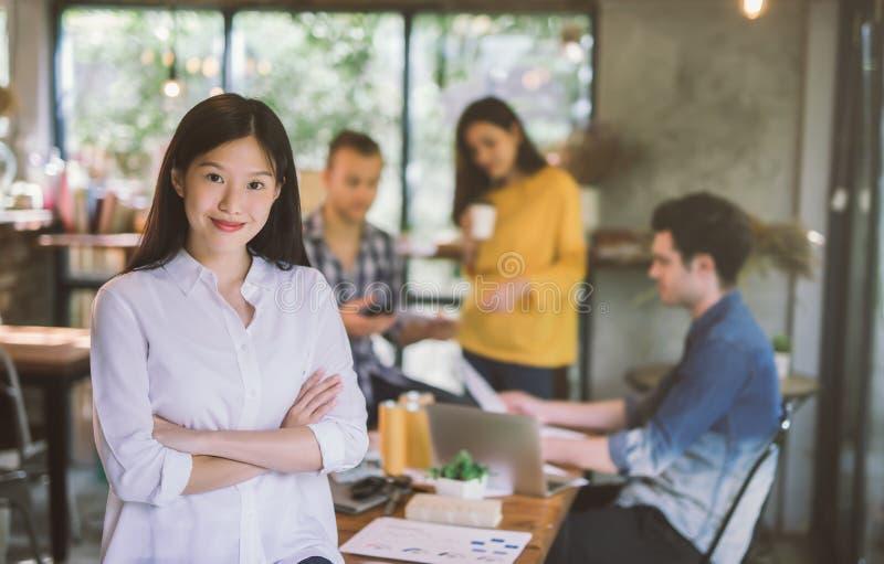 Stående av kontoret för lag för asiatisk kvinnlig kreativitet det arbetande coworking, le av den lyckliga härliga kvinnan i moder arkivfoton
