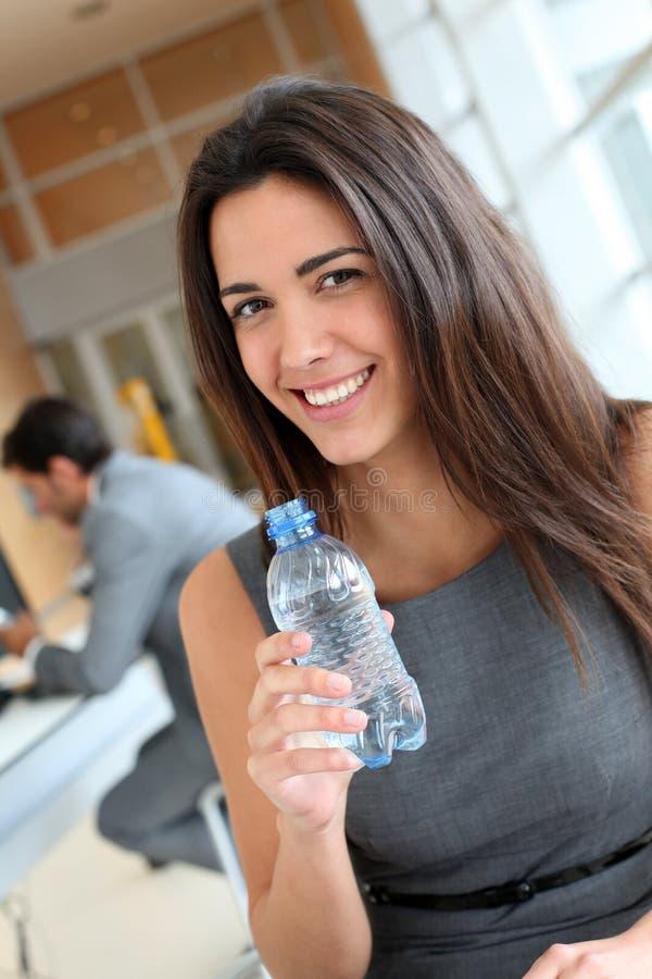 Stående av kontorsarbetaren med flaskan av vatten royaltyfria bilder