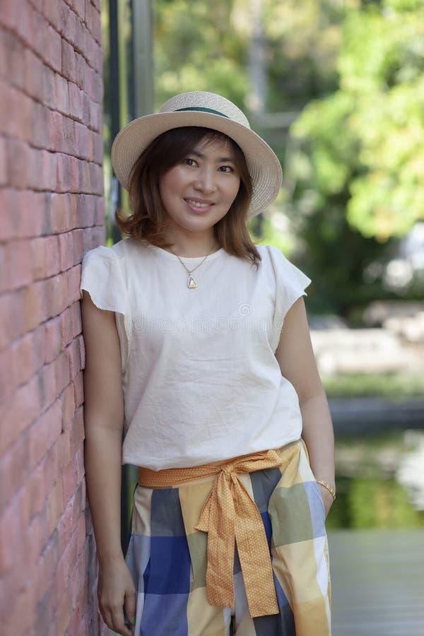 Stående av koppla av för kvinna för härliga enkla 40-talår gammalt asiatiskt royaltyfri fotografi
