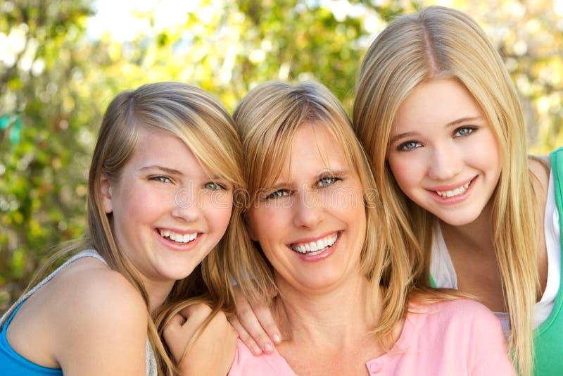 Stående av krama för moder och för dotter arkivfoto