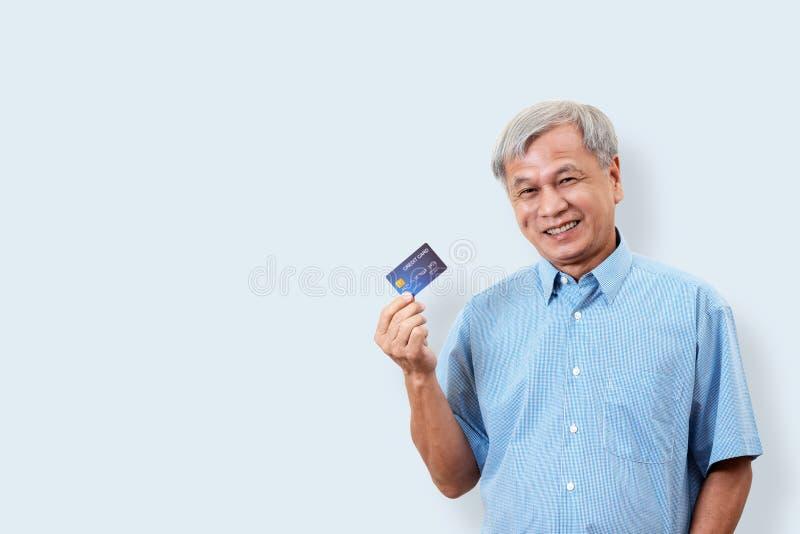 Stående av kreditkorten och showien för lycklig hög asiatisk man den hållande arkivfoto
