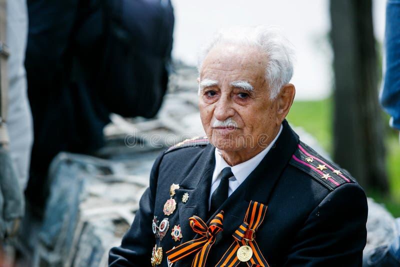 Stående av krig för veteran för världskrig II ett stort patriotiskt i militär likformig med medaljer royaltyfria bilder
