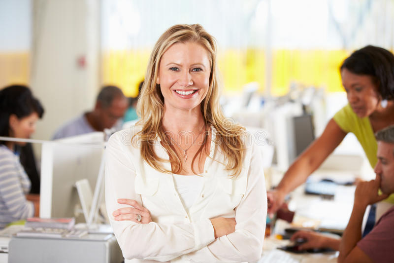 Stående av kvinnaanseende i upptaget idérikt kontor arkivfoton