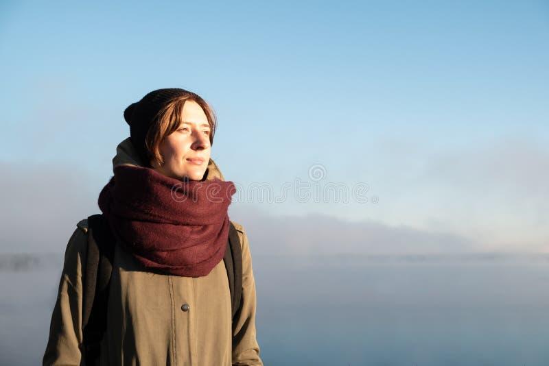 Stående av kvinnaanseendet i morgonsolljus Kvinnlig fotvandrareenj arkivfoton