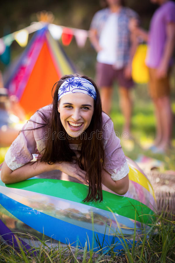 Stående av kvinnabenägenheten på strandboll på campingplatsen royaltyfria bilder