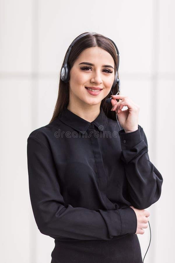 Stående av kvinnakundtjänstarbetaren, appellmitt som ler operatören med telefonhörlurar med mikrofon arkivbild