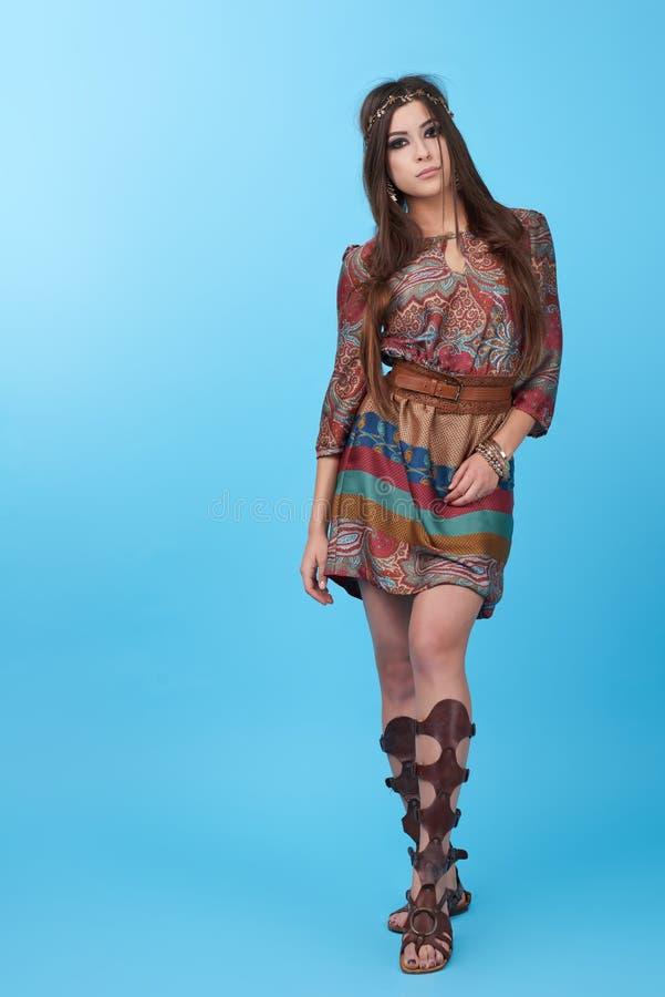 Stående av kvinnan för hippie för härlig glamourhipster den unga i studio royaltyfri foto