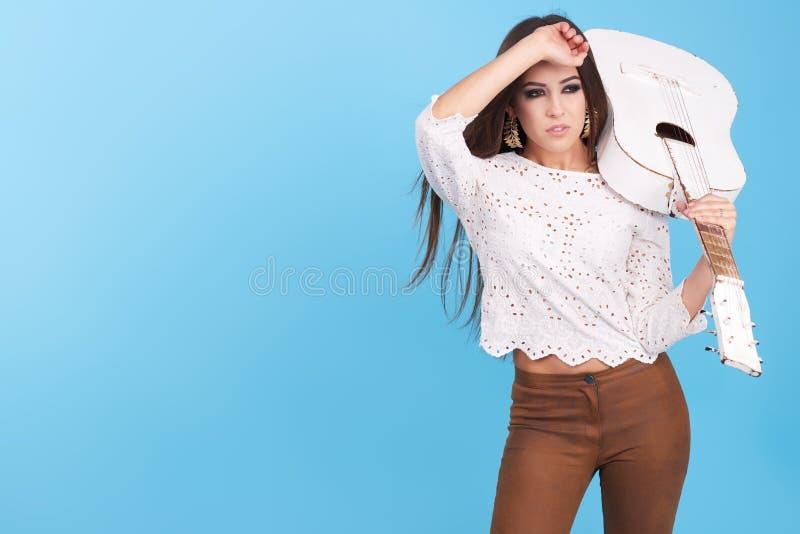 Stående av kvinnan för hippie för härlig glamourhipster den unga i studio royaltyfri bild