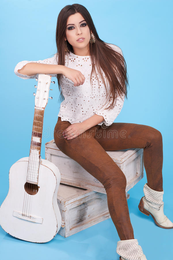 Stående av kvinnan för hippie för härlig glamourhipster den unga i studio fotografering för bildbyråer