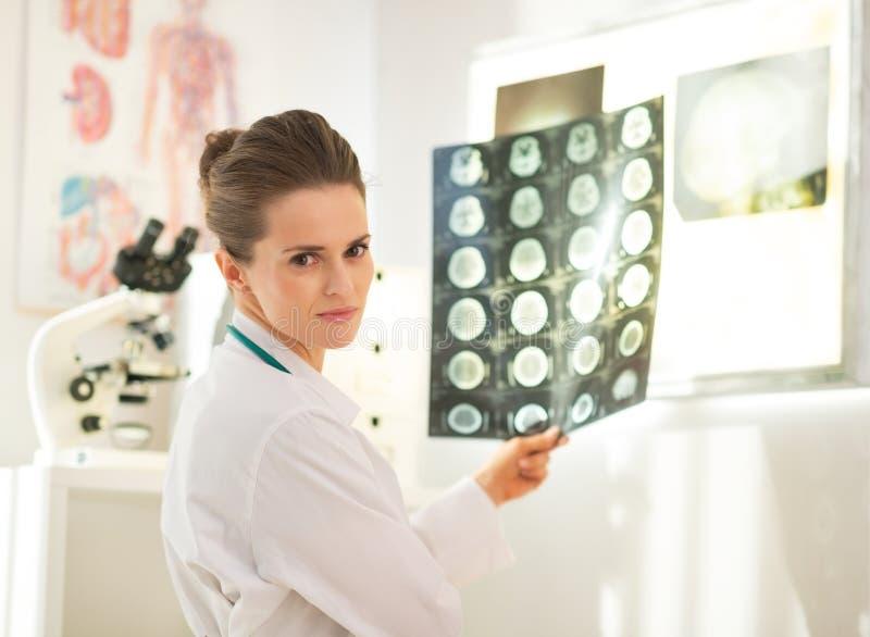 Stående av kvinnan för medicinsk doktor med tomography royaltyfria foton