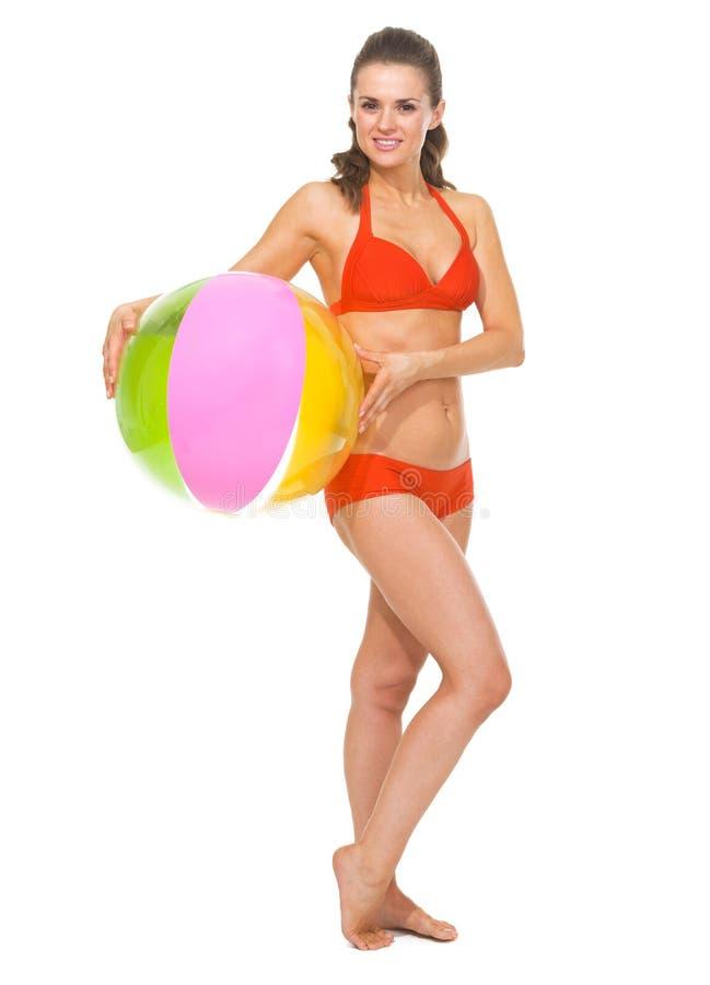 Stående av kvinnan i baddräkt med strandbollen arkivbilder