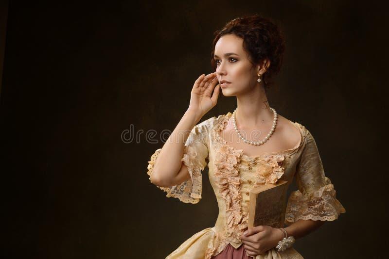 Stående av kvinnan i historisk klänning arkivbild