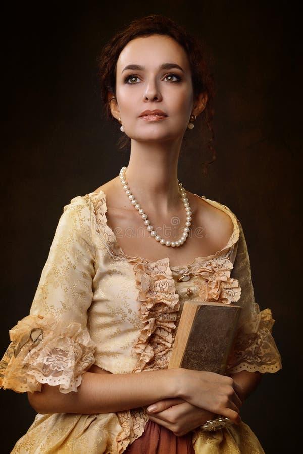 Stående av kvinnan i historisk klänning royaltyfri bild