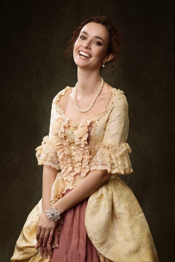 Stående av kvinnan i historisk klänning arkivfoton