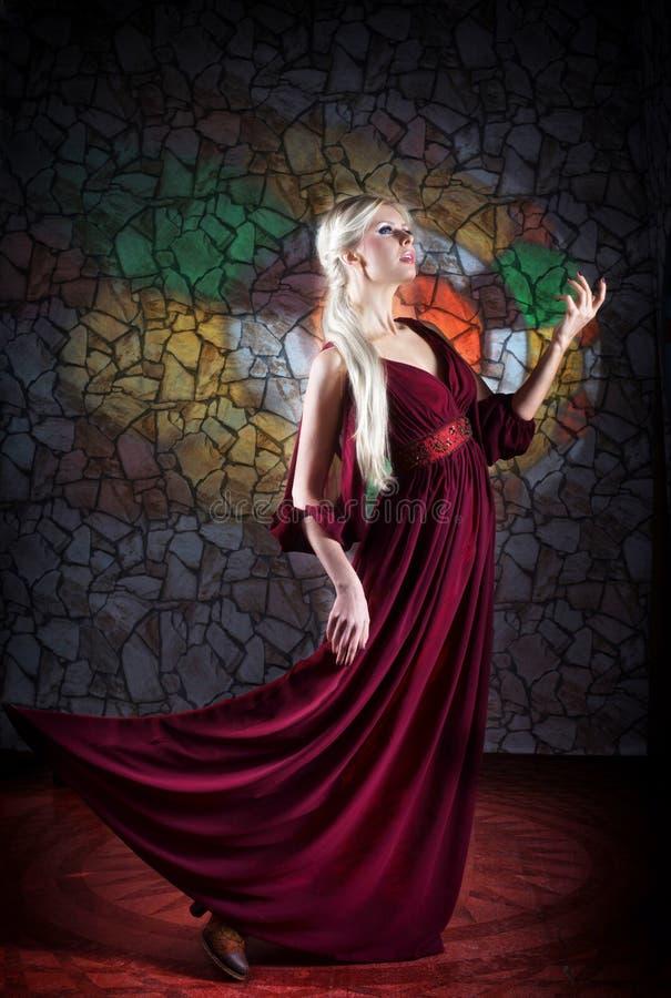 Stående av kvinnan i medeltida klänning royaltyfri fotografi