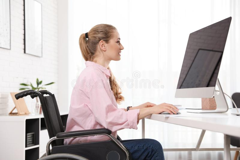 Stående av kvinnan i rullstol royaltyfri foto