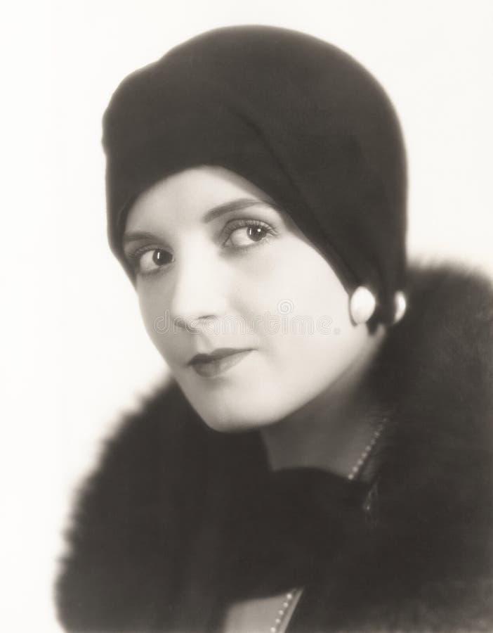 Stående av kvinnan i sticklingshushatt arkivfoto